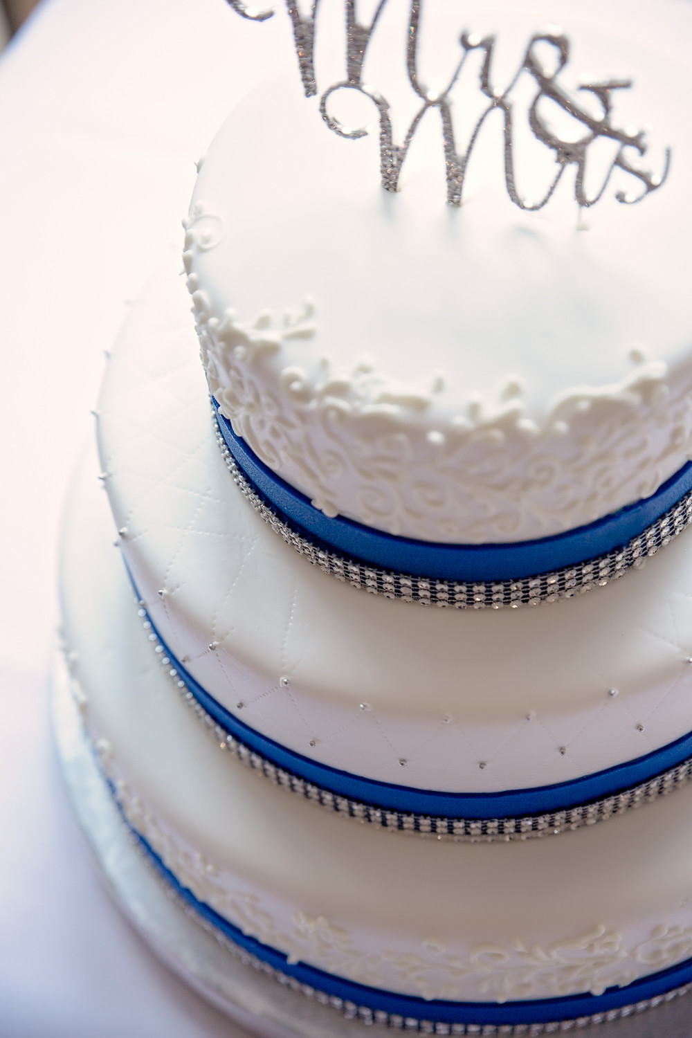 royal blue wedding cake Caledon Golf and Country Club toronto Wedding Photographer